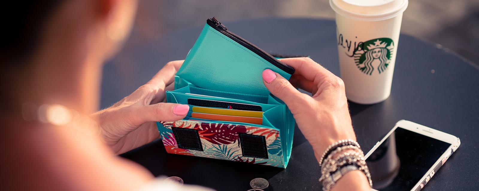 Ein mittelgrosses Portmonee für alle, die gerne auf kleinem Raum viel Platz für Bargeld, Karten und Zettel haben. Mit herausnehmbarem Münzfach.