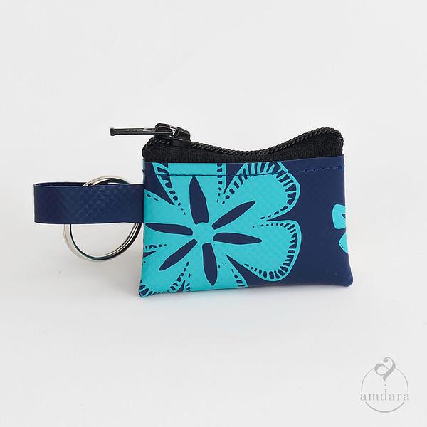 Münzanhänger Mini, Mini Portmonee aus Blache, Blumen auf marineblau